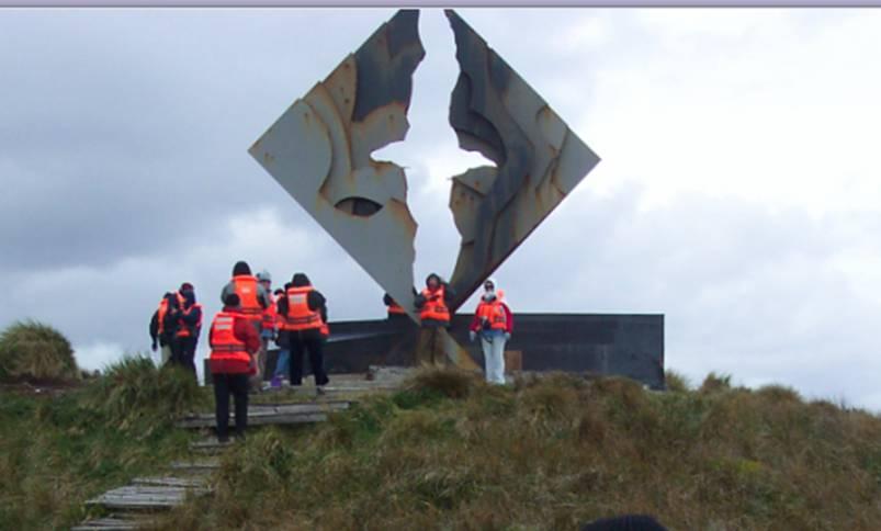 Crucero Australis - Monumento de la Isla del Cabo deHornos