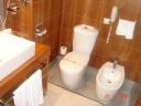 Detalle de los cuartos de baño de las habitaciones