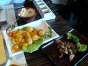 Cerdo crujiente con fruta y solomillo teppanyaki