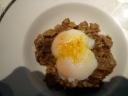 Huevo confitado a baja temperatura con setas de temporada y aceite de trufa