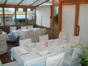 Vista del comedor con detalle del ventanal del restaurante Asador La Fuente - Miraflores de la Sierra - Madrid