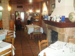 Vista del comedor con detalle de la chimenea del restaurante Asador La Fuente - Miraflores de la Sierra - Madrid