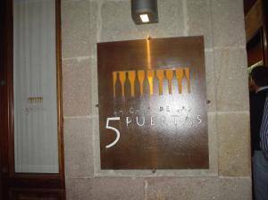 Cartel del Restaurante La Casa de las Cinco Puertas – Pontevedra