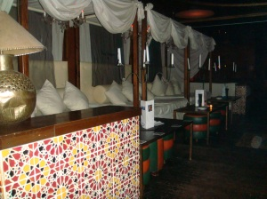 Camas balinesas del interior de la discoteca