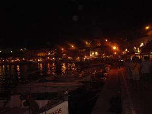 Vista nocturna del puerto de Es castell
