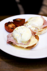Eggs Benedict con Bacon y Tomate